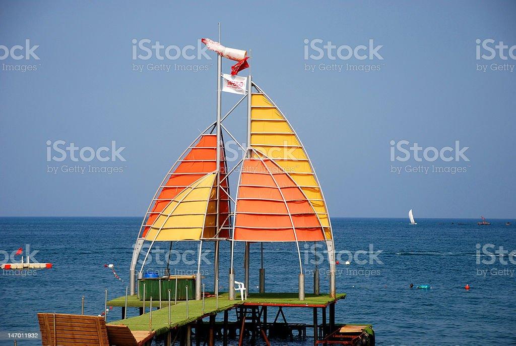Wharf mit Segel auf den Strand Lizenzfreies stock-foto