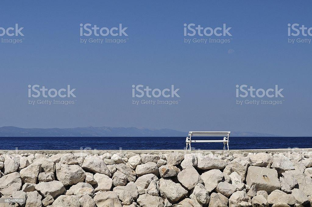 Biała Ławka w porcie.  Podgora, Chorwacja zbiór zdjęć royalty-free