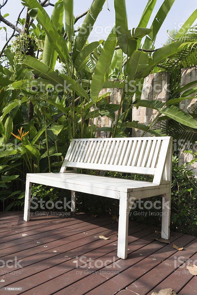 Белый скамейке на деревянные путь в сад Стоковые фото Стоковая фотография