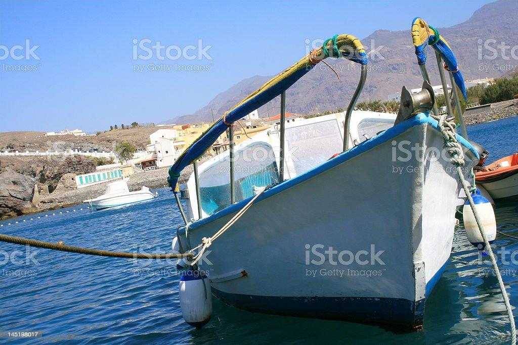 white boat en azul - foto de stock