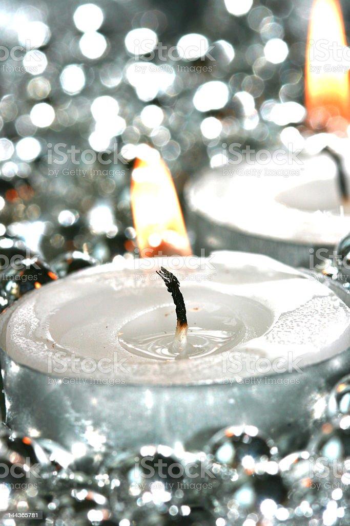 Branco Decoração de velas com bolas de Prata foto de stock royalty-free