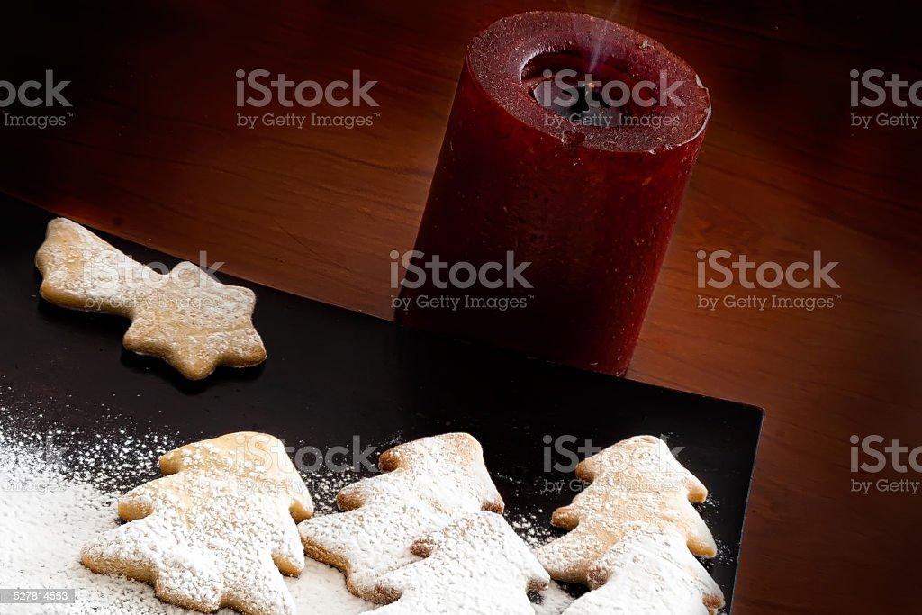 Branco-Decoração de Natal e biscoitos foto royalty-free