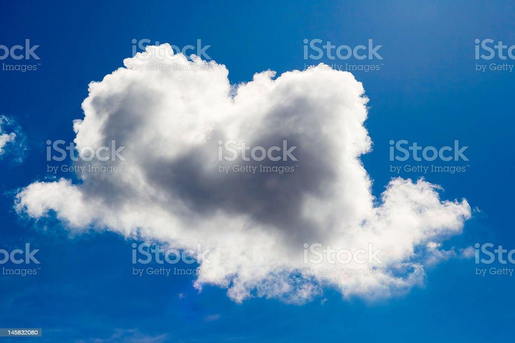 Brancas nuvens em um céu azul. foto royalty-free