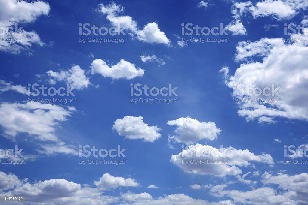 Weiße Wolken auf blauem Hintergrund Lizenzfreies stock-foto