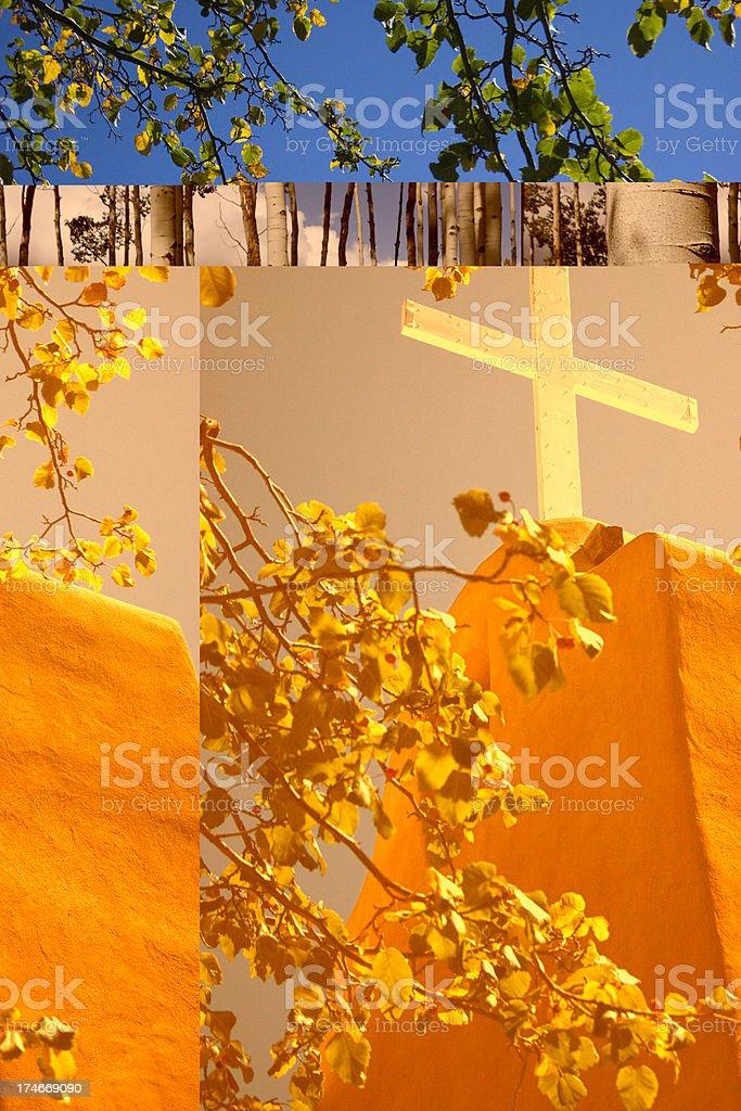 Croix blanche sur Santa Fe Mission avec un ciel bleu et ensoleillé photo libre de droits