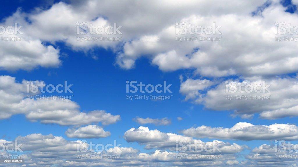 Suave nubes blancas en el cielo azul en día soleado foto de stock libre de derechos