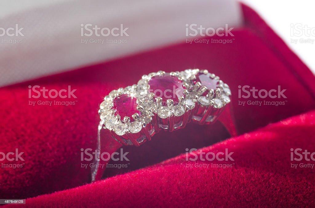 Ouro branco Anel de Diamante com caixa vermelha de safira foto royalty-free
