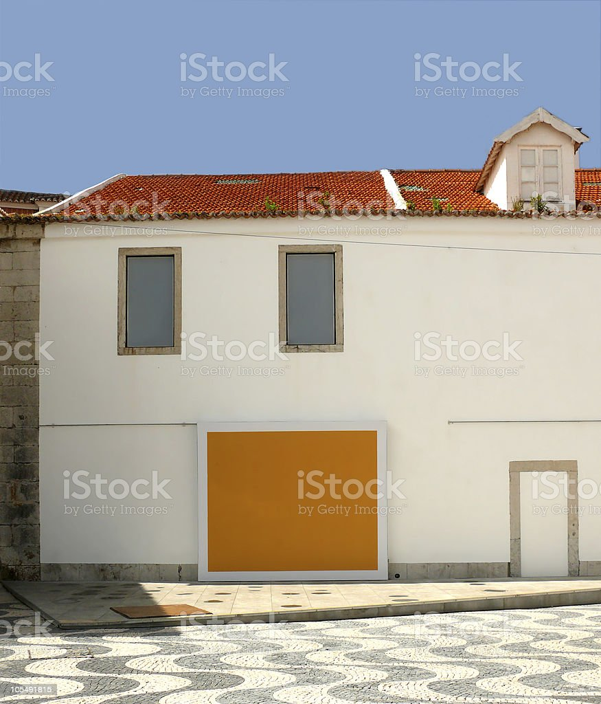 White house mit leeren board an der Wand Lizenzfreies stock-foto