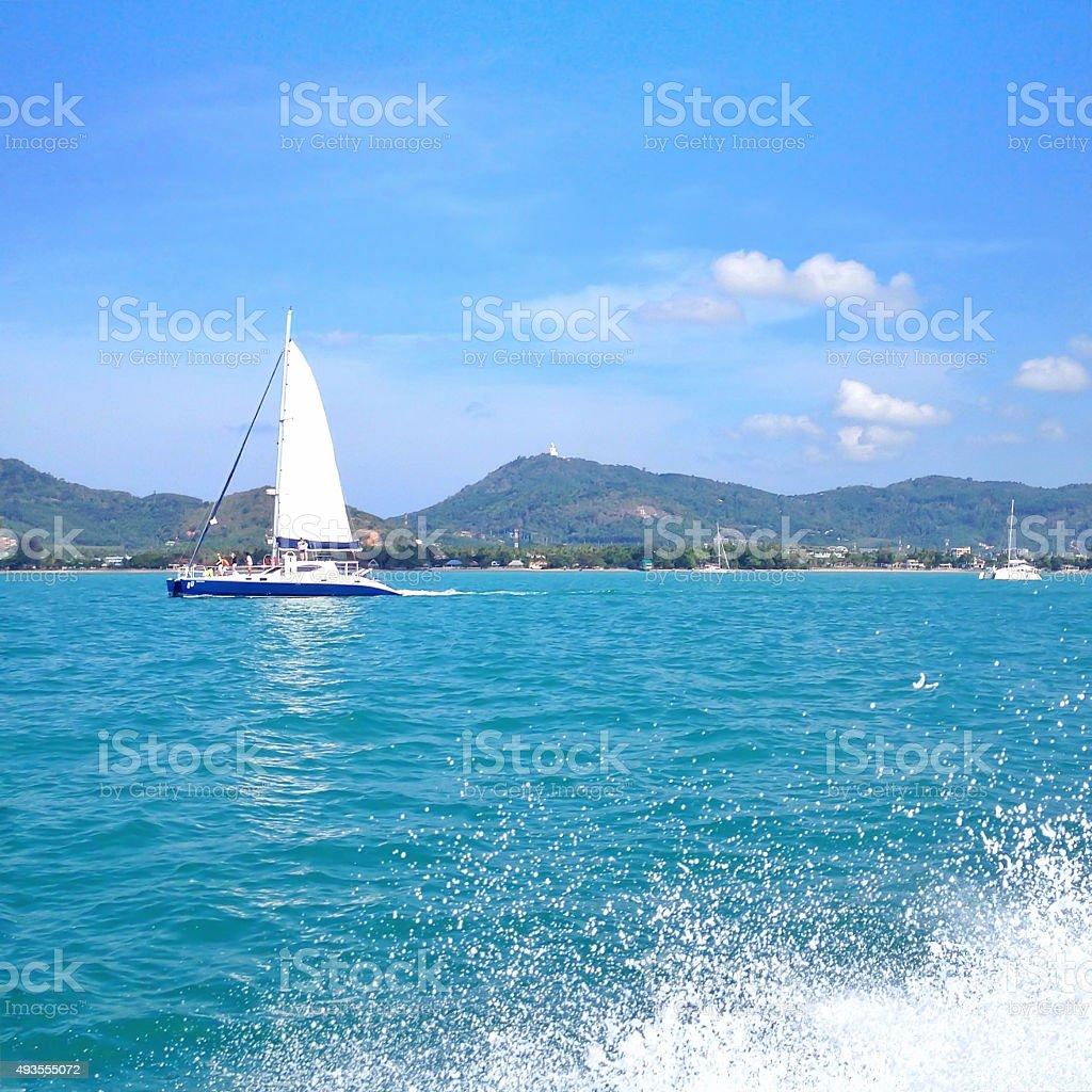Белый парусником парусный спорт в синее море Стоковые фото Стоковая фотография
