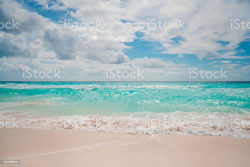 Spiaggia di sabbia bianca e blu cielo  foto stock royalty-free