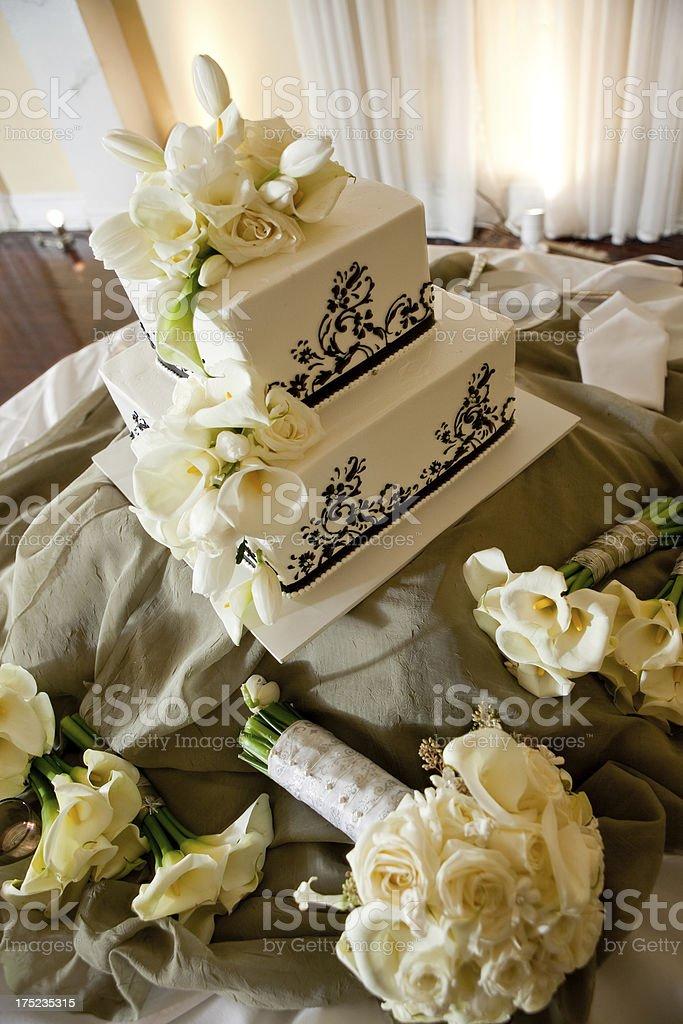 carré blanc gâteau de mariage avec des fleurs de lys retournées et