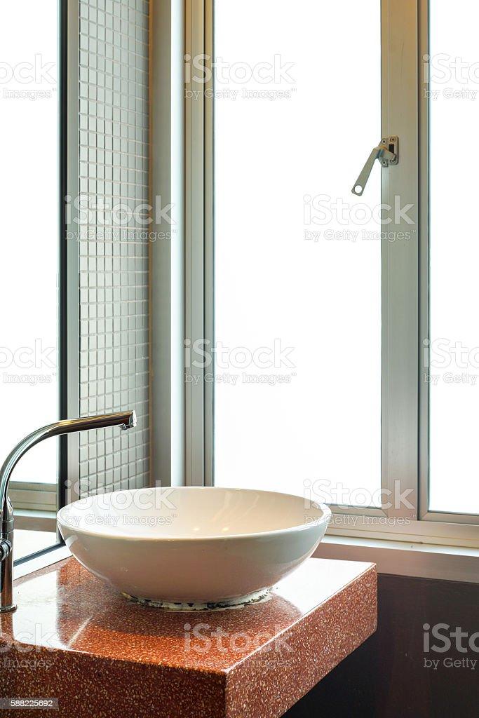 White wash basin with steel faucet in empty bathroom photo libre de droits