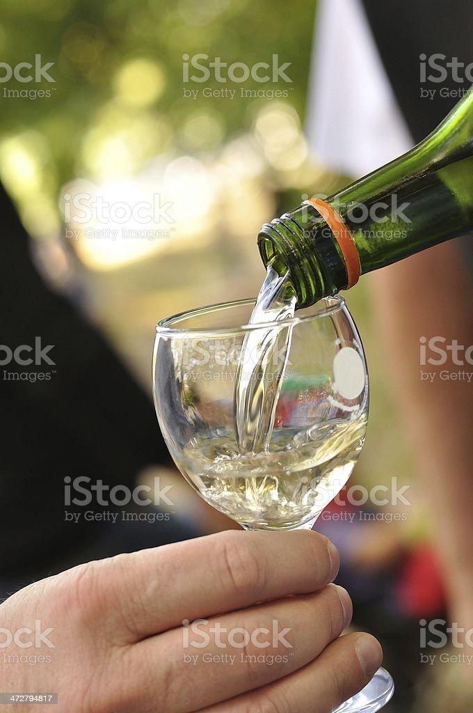 Białe wina, wlewając do szkła zbiór zdjęć royalty-free