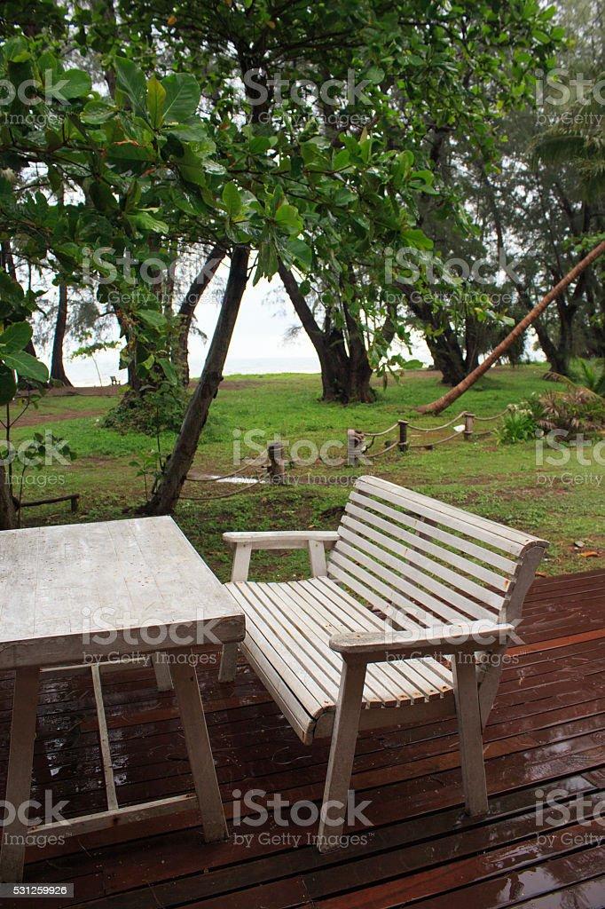 Белый уоден стол в саду, отдохните и расслабьтесь после дождь Стоковые фото Стоковая фотография