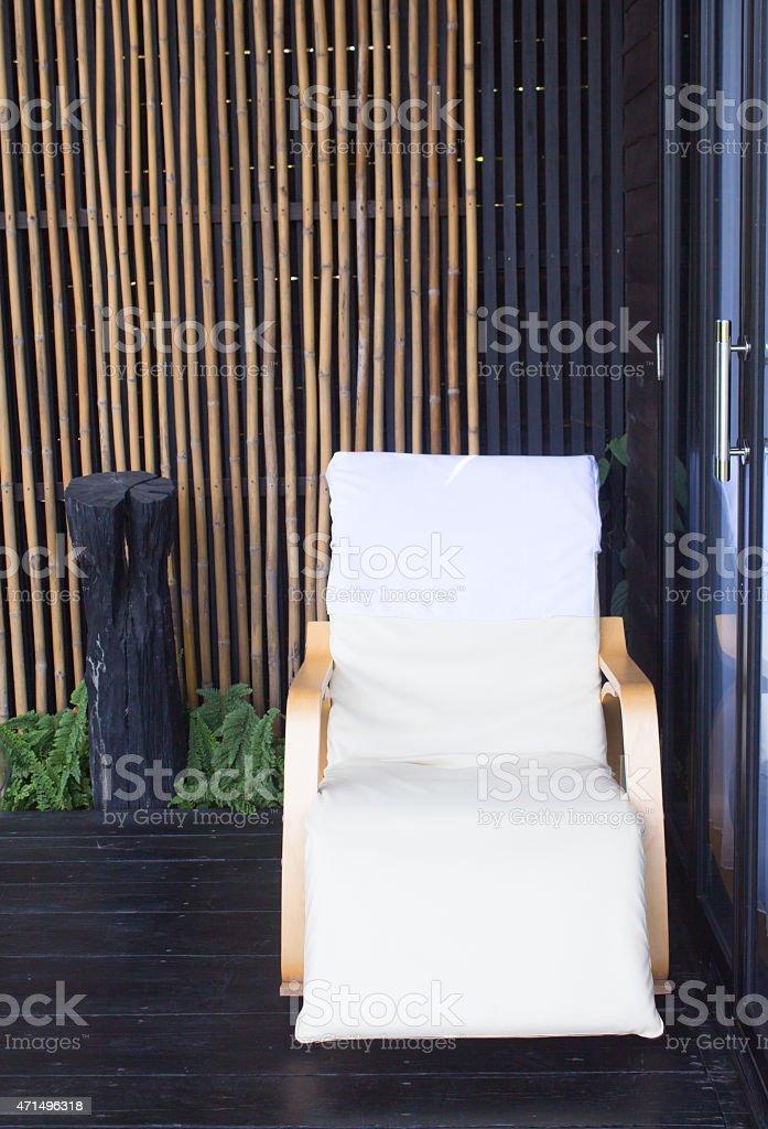 Белые деревянные шезлонги кресло перед номер Стоковые фото Стоковая фотография