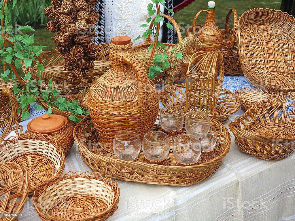 Vime objectos, cestos, frascos para venda foto de stock royalty-free