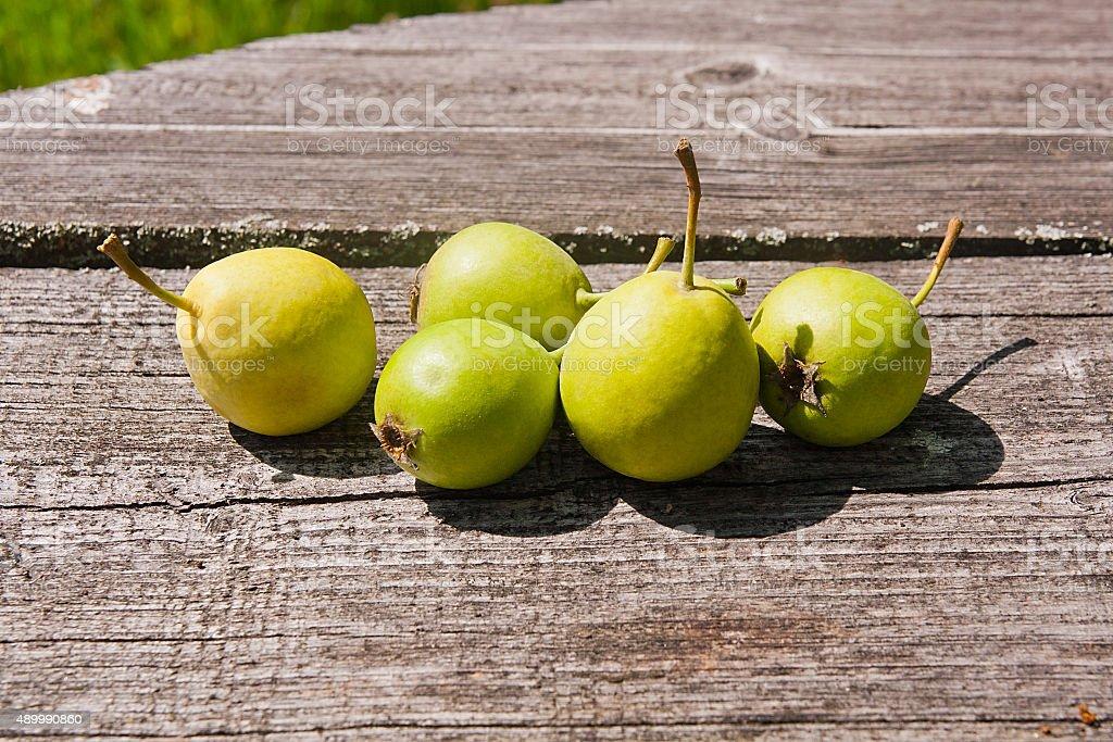 Wild peras frutas, vintage en el fondo de madera. foto de stock libre de derechos