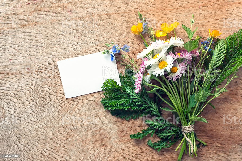 Wildflowers bouquet with white card for text. Top view foto de stock royalty-free