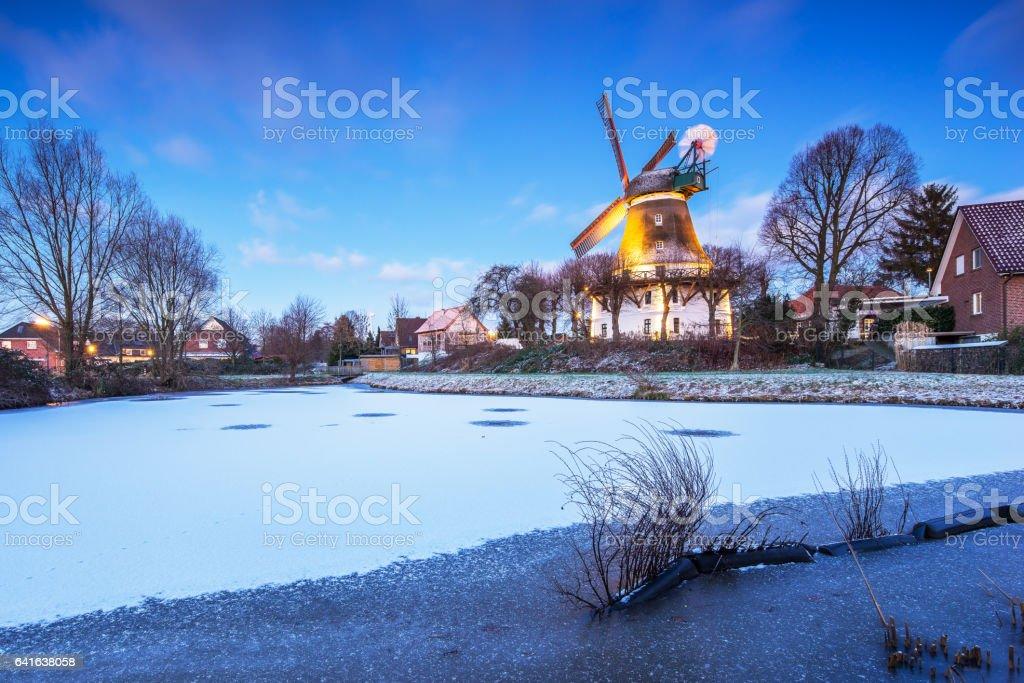 Windmühle Johanna in Hamburg (Deutschland) Wilhelmsburg im Winter stock photo