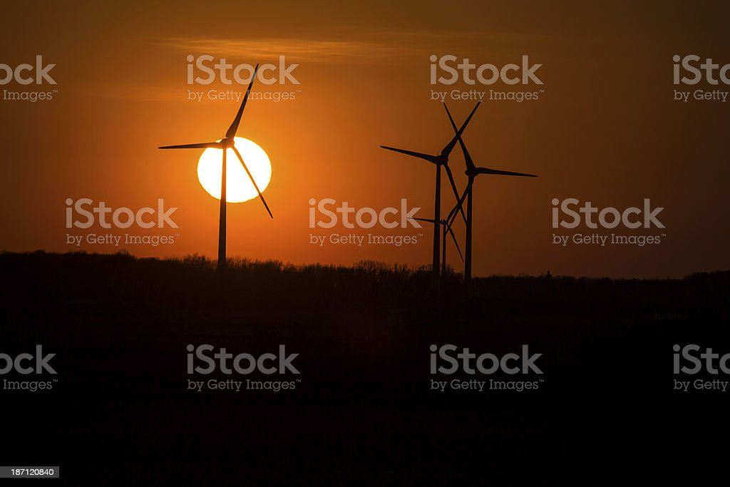 Moinhos de vento no céu pôr do sol-laranja foto royalty-free