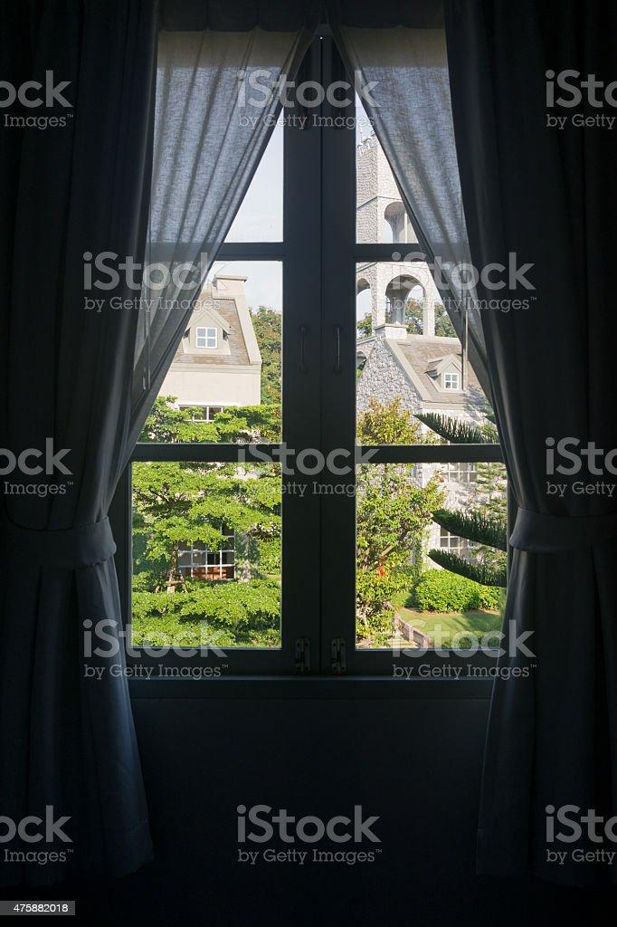 Vue de la fenêtre de bâtiments de style britannique photo libre de droits