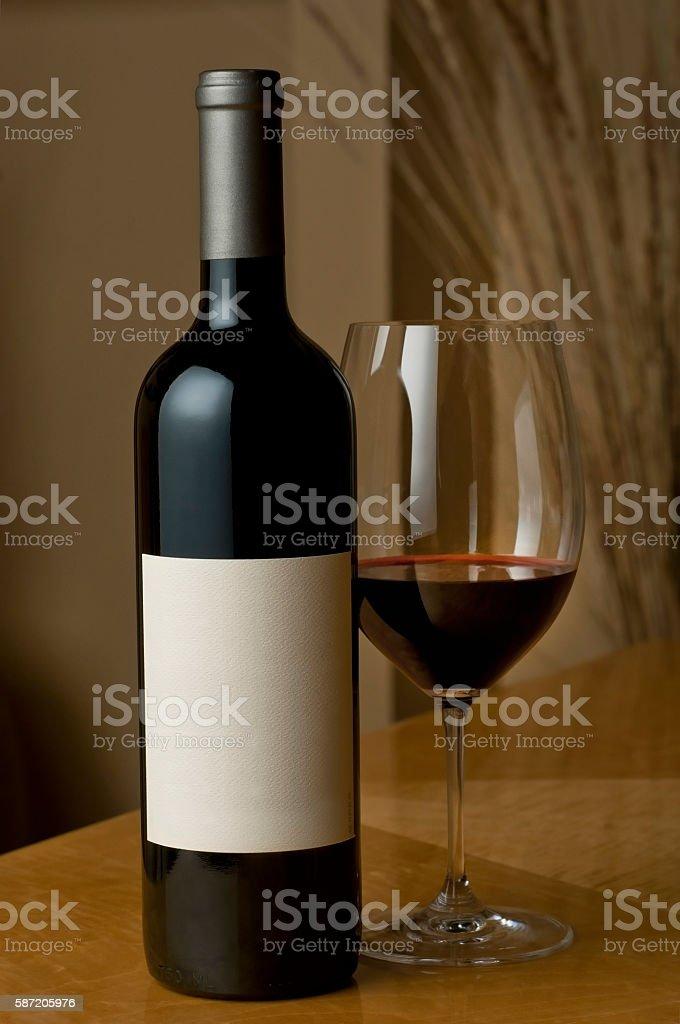 Botella y copa de vino foto de stock libre de derechos