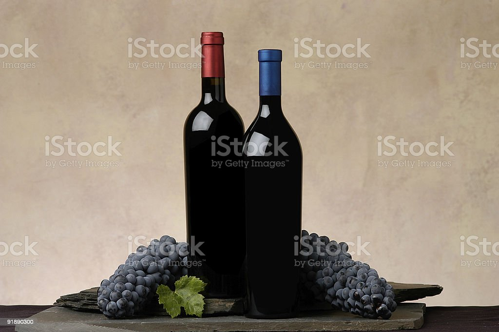 Botellas de vino, uvas foto de stock libre de derechos