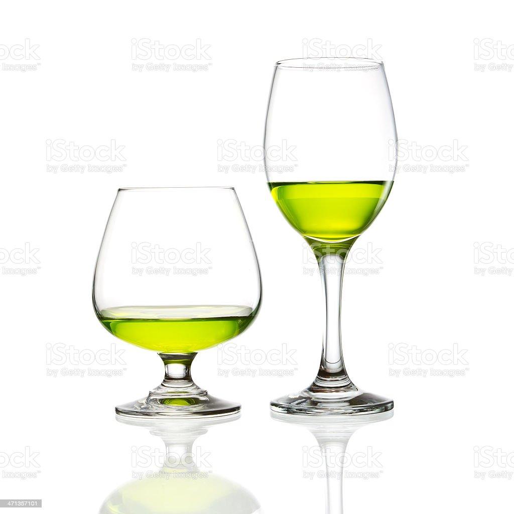 Vino vetro e verde cocktail isolato foto stock royalty-free