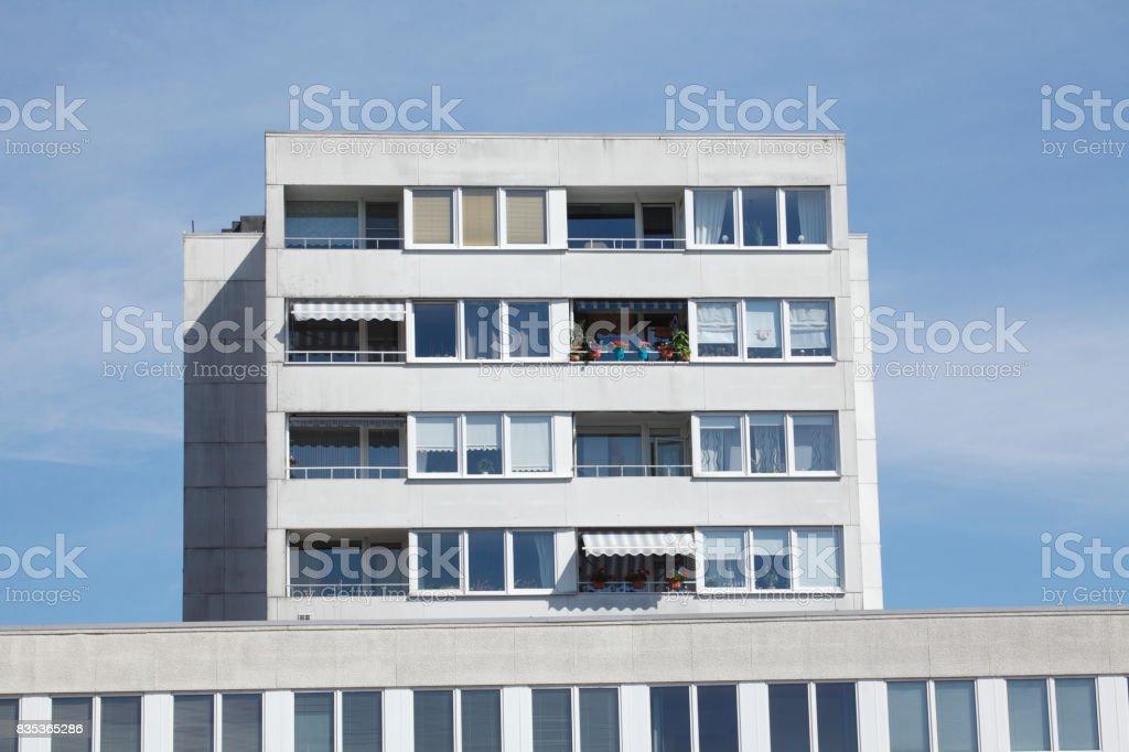 Wohnblock, Balkone, Fensterfront stock photo