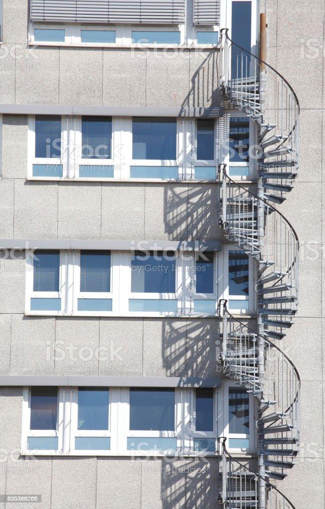 Wohnblock, Wendeltreppe, Fensterfront stock photo