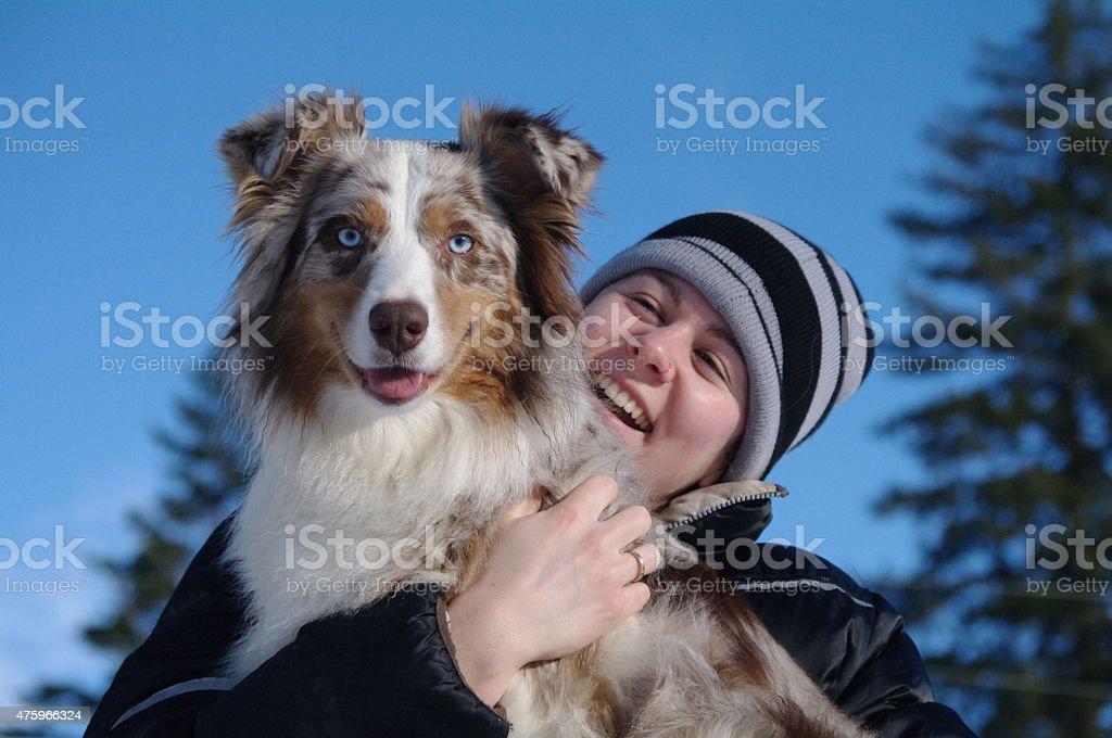 Mujer y Navidad abrazándose y riéndose foto de stock libre de derechos