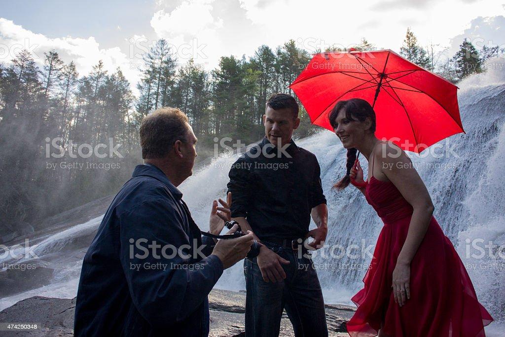 Donna e uomo in piedi davanti a cascata foto stock royalty-free