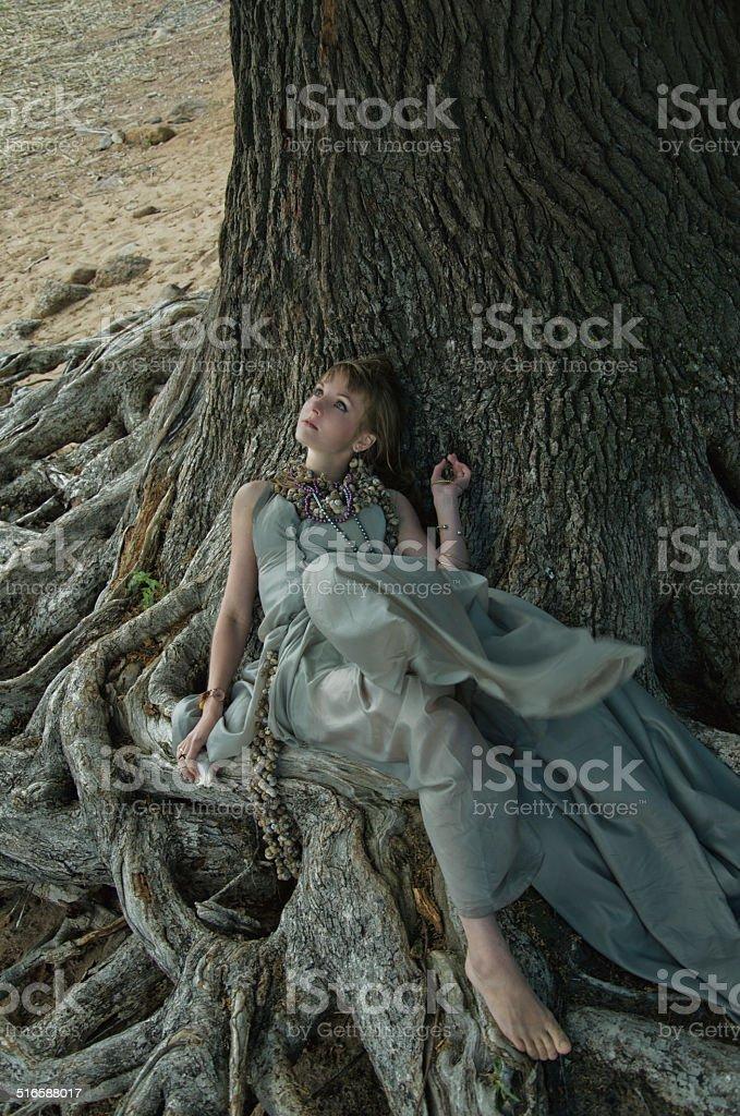 Mulher e Árvore foto de stock royalty-free