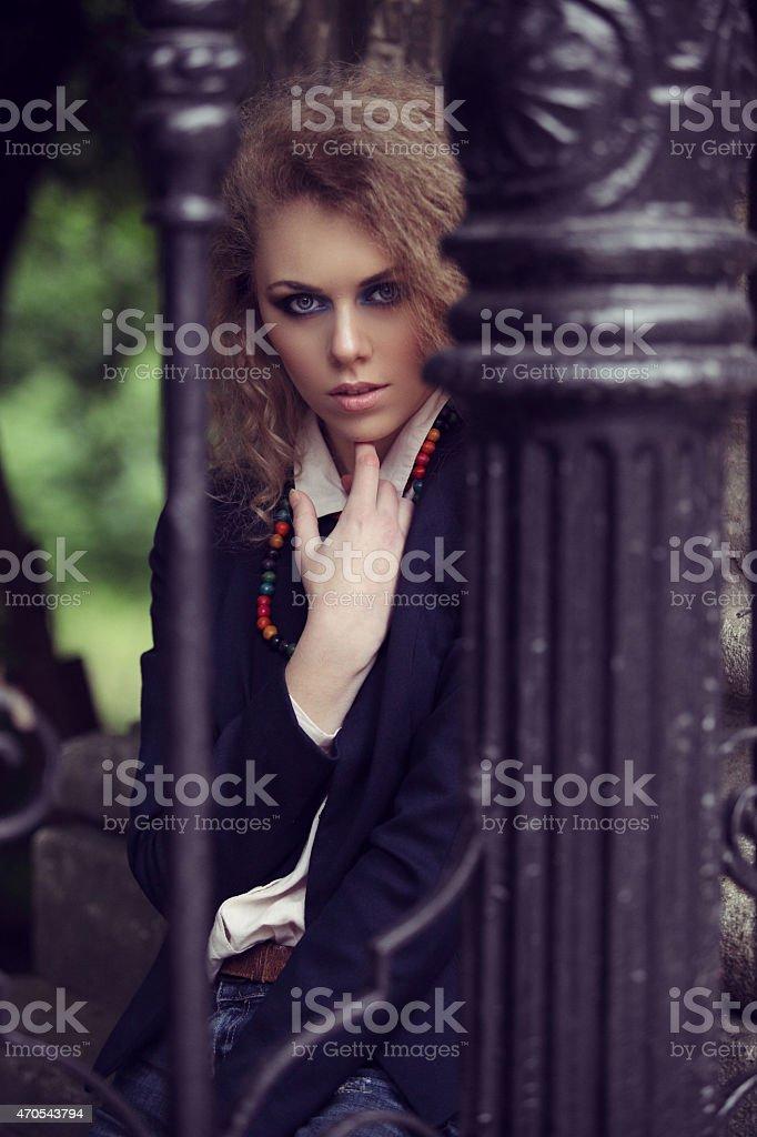 Frau hinter einer leichten-pole-Fels Lizenzfreies stock-foto