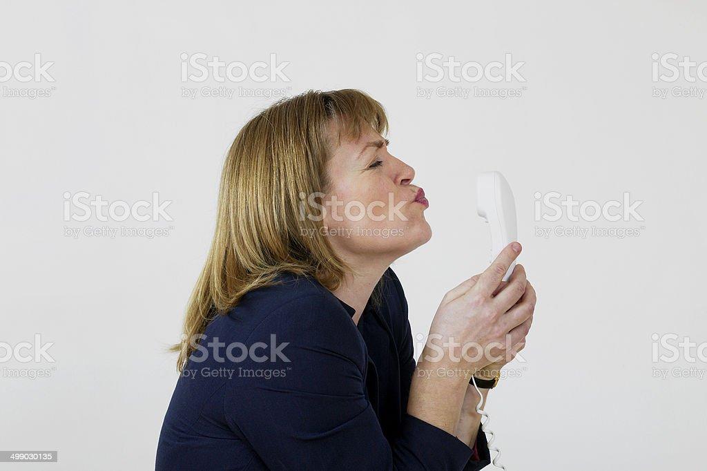 Femme, souffler baiser au téléphone photo libre de droits