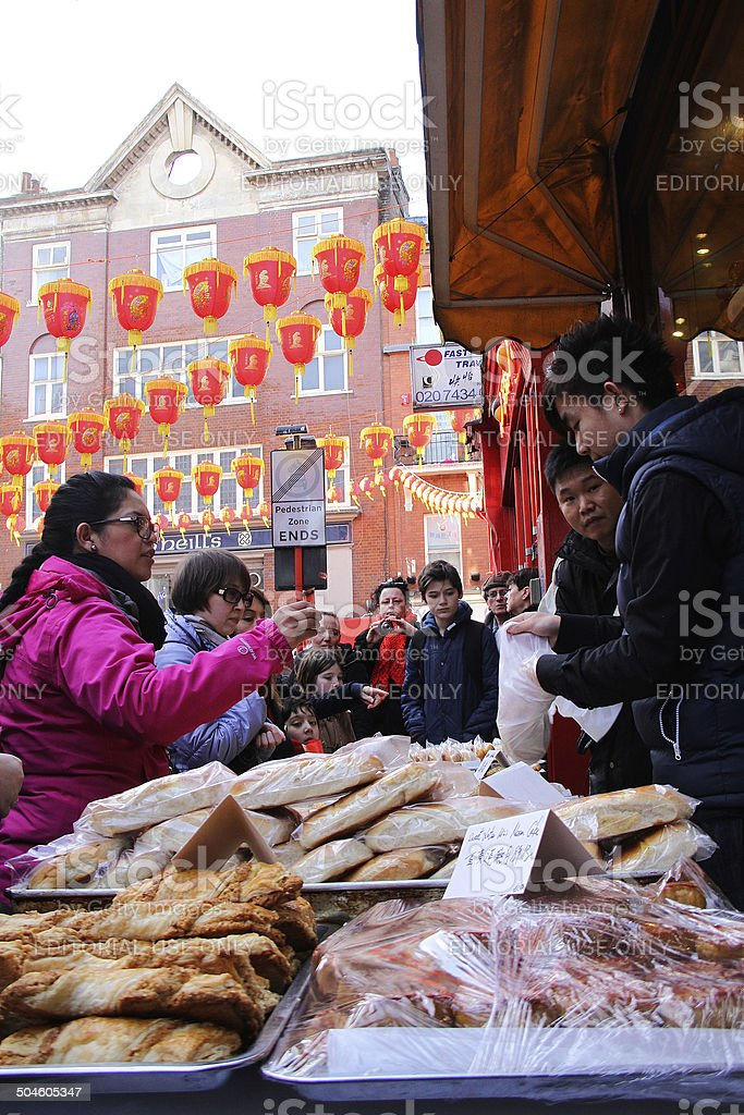 Donna acquistare cibo cinese da un ambulante foto stock royalty-free