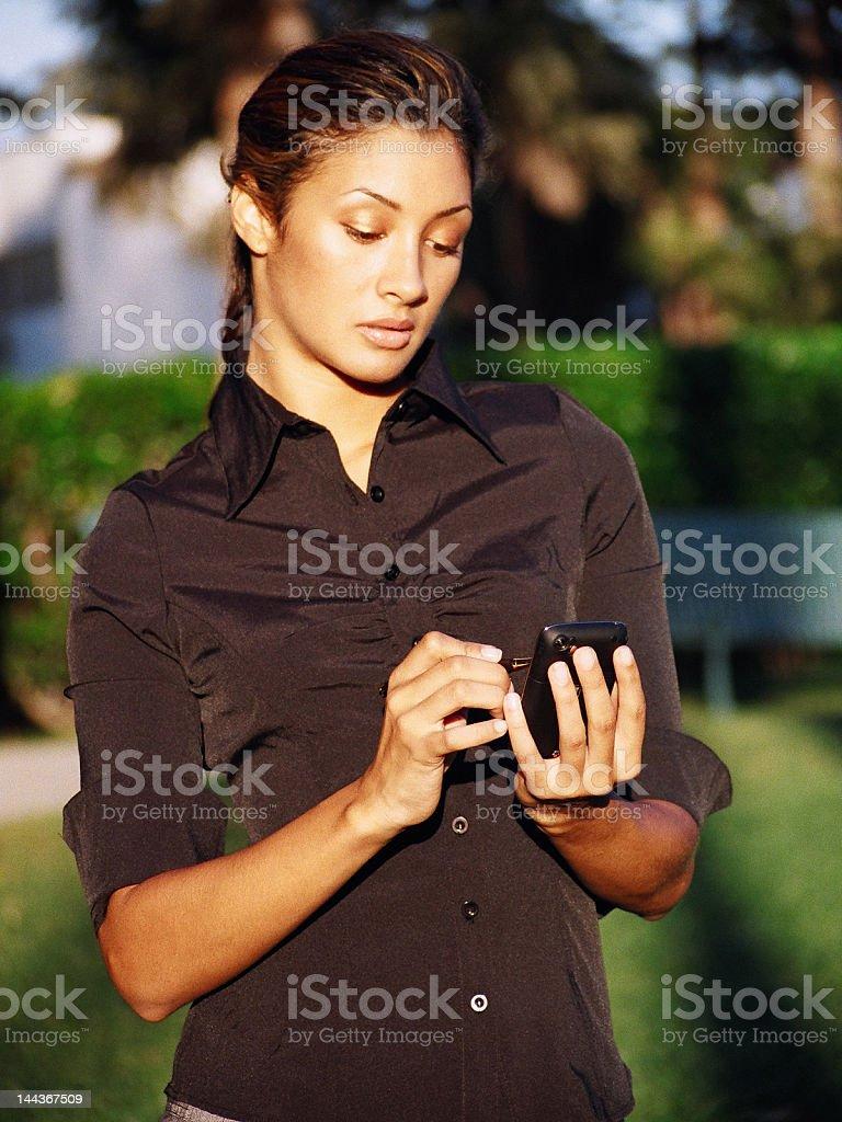 Femme vérifiant Messages photo libre de droits