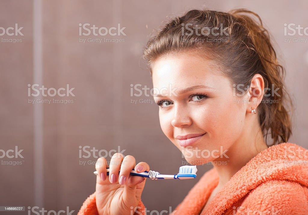 Femme, nettoyage des dents photo libre de droits