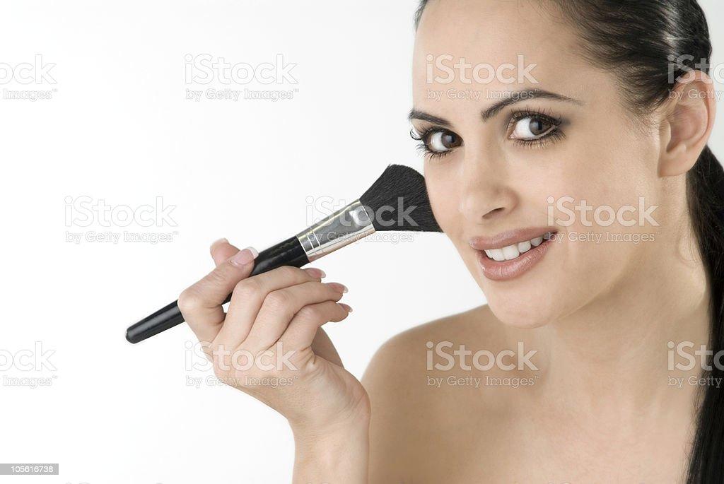 Mujer haciendo su maquillaje foto de stock libre de derechos