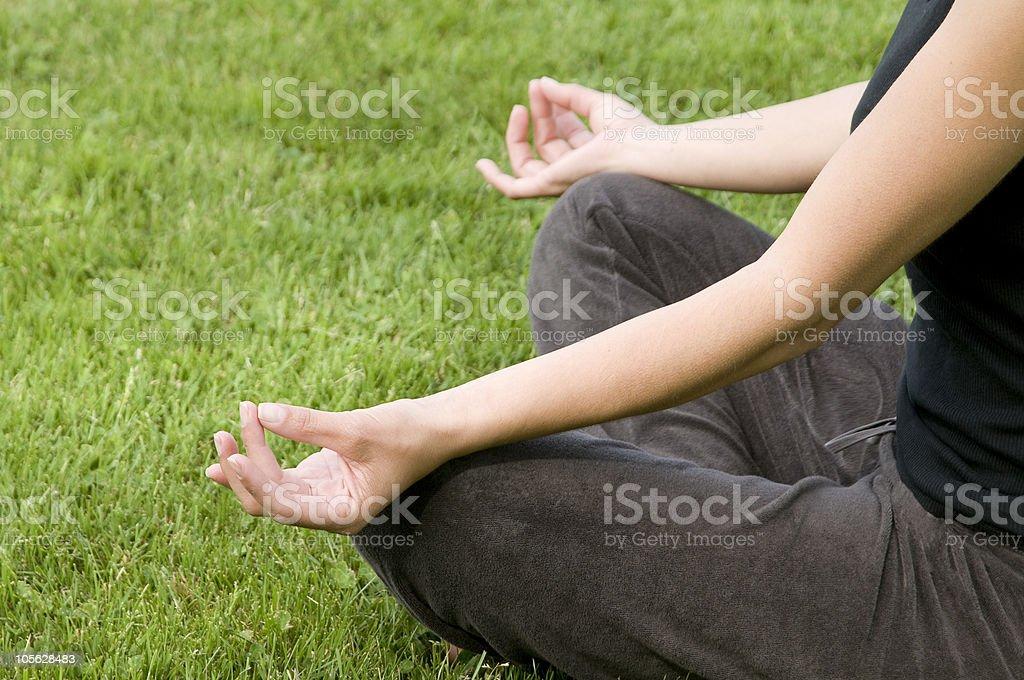 Mujer haciendo ejercicios de yoga foto de stock libre de derechos