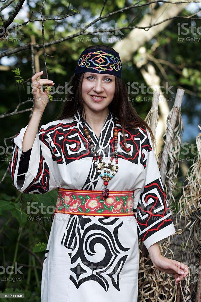 Frau gekleidet in traditioneller Kleidung von Ainu Lizenzfreies stock-foto