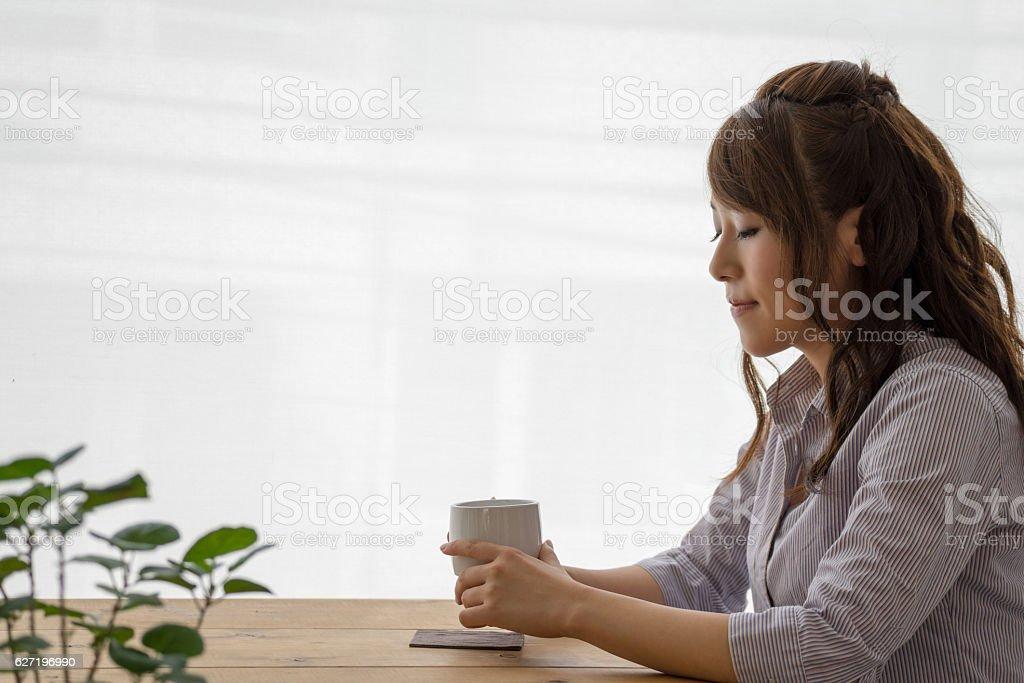 Femme boire du café dans un café photo libre de droits