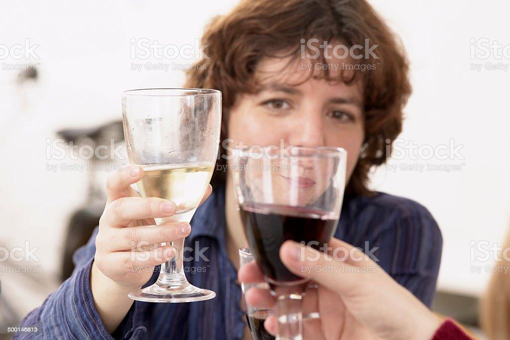 Femme boire un verre entre amis photo libre de droits
