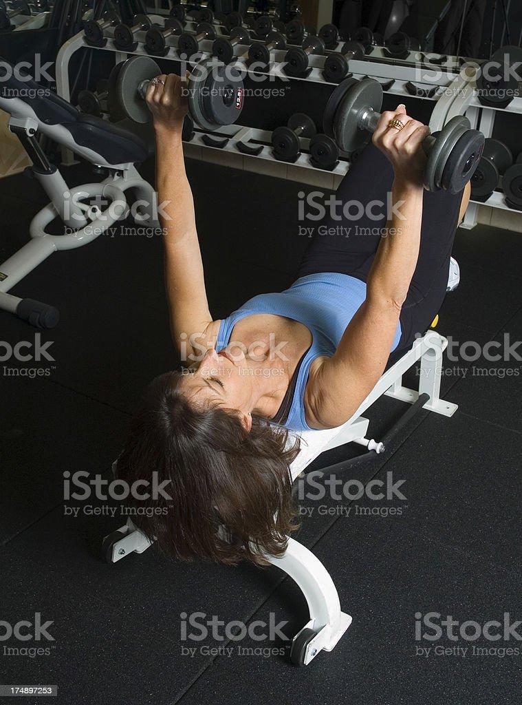 Donna allenamento con manubri Chest Press foto stock royalty-free