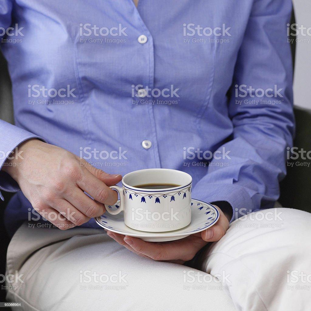 Femme appréciant une tasse de café photo libre de droits