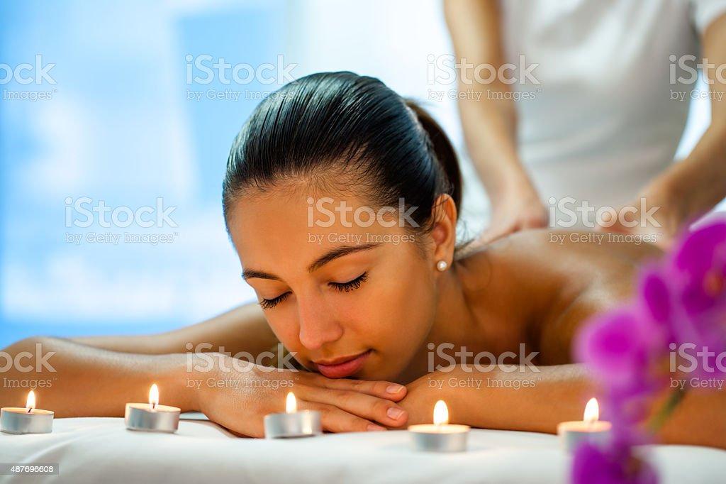 Femme profitant d'un soin du corps dans notre spa. photo libre de droits