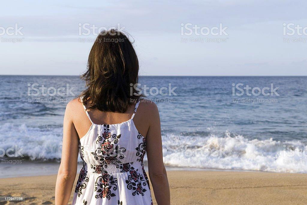 Kobiety podziwiając na ocean zbiór zdjęć royalty-free