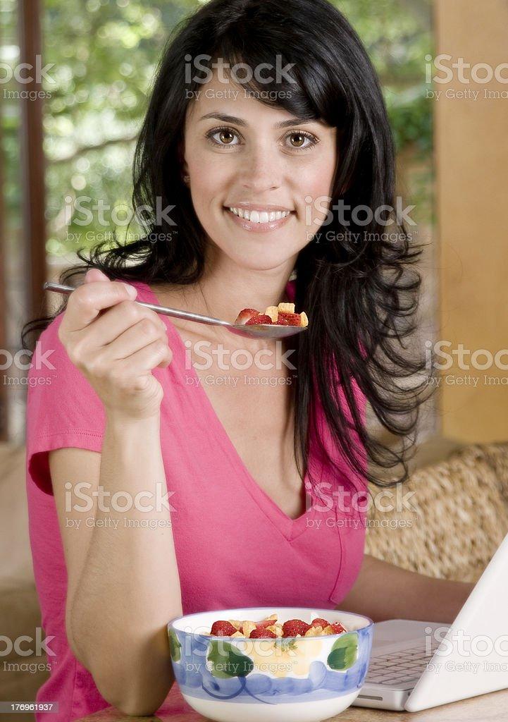 Mujer con desayuno foto de stock libre de derechos