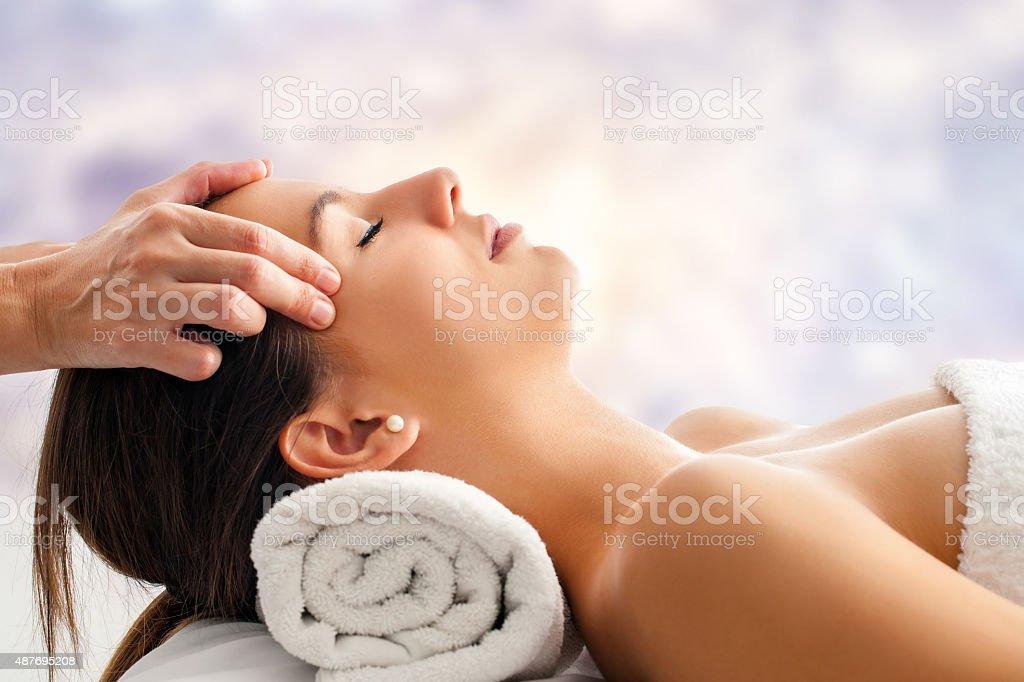 Femme ayant massage relaxant du visage. photo libre de droits