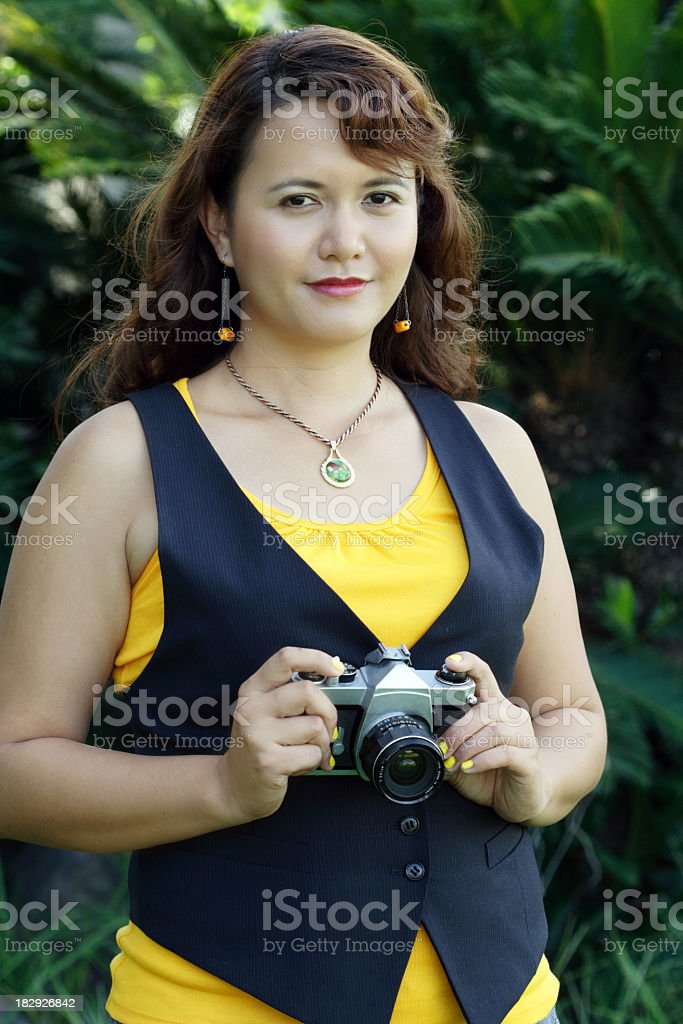 Frau hält eine vintage-Kamera Lizenzfreies stock-foto